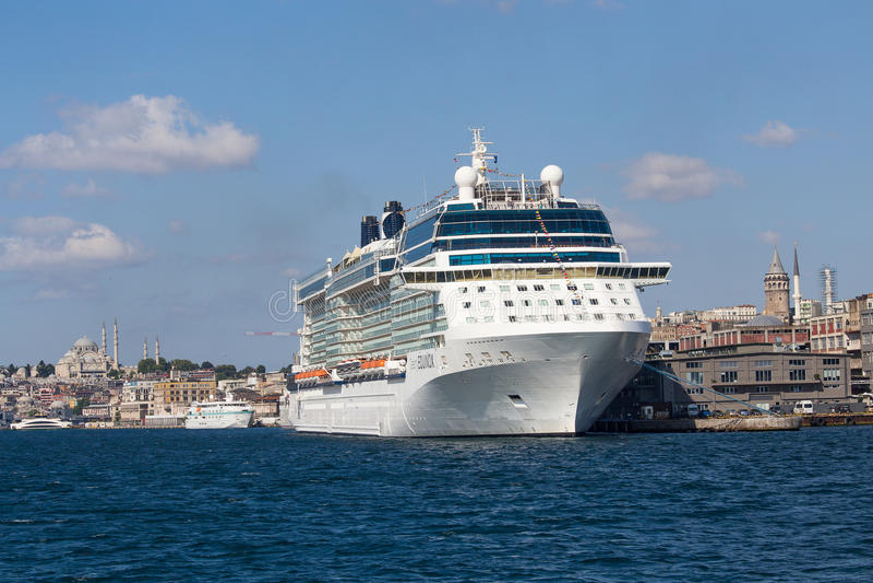 O navio de cruzeiros, a torre de Galata e o chifre dourado da água latem Istambul, Turquia fotos de stock