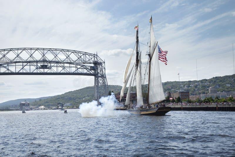 O navio de navigação entra no porto de Duluth durante o festival alto dos navios fotos de stock