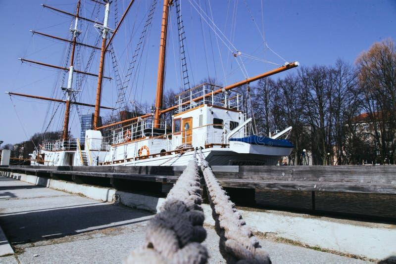 O navio de navigação velho é amarrado na cidade de Klaipeda Lituânia fotografia de stock royalty free