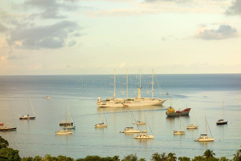O navio de navigação windstar na baía de admiralty fotografia de stock royalty free