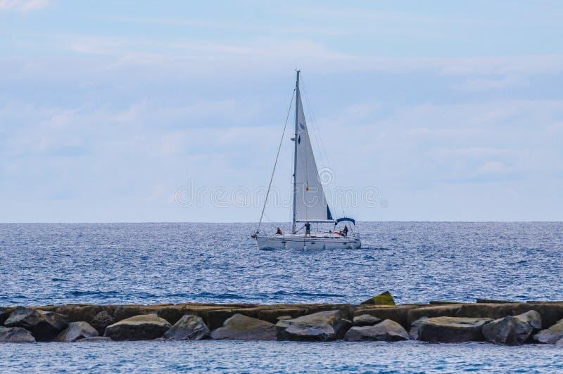 O navio de navigação yachts com as velas brancas no mar aberto Boa luxuosa fotos de stock royalty free