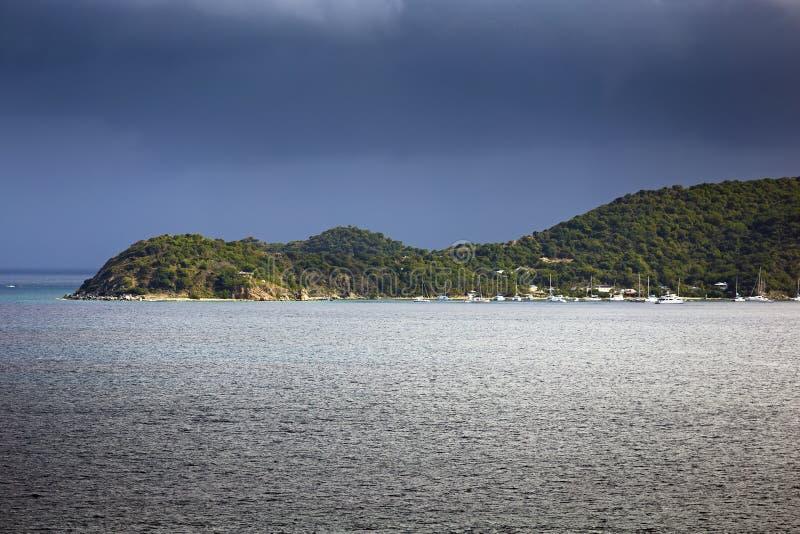 O navio de navigação yachts com a ilha em um fundo foto de stock