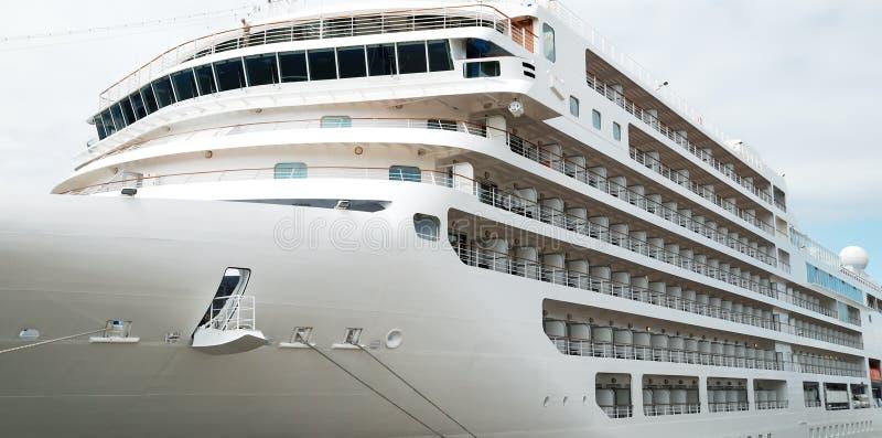 O navio de passageiro é amarrado na porta imagens de stock royalty free