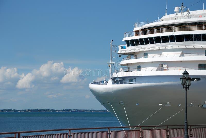O navio de passageiro é amarrado na porta fotografia de stock royalty free