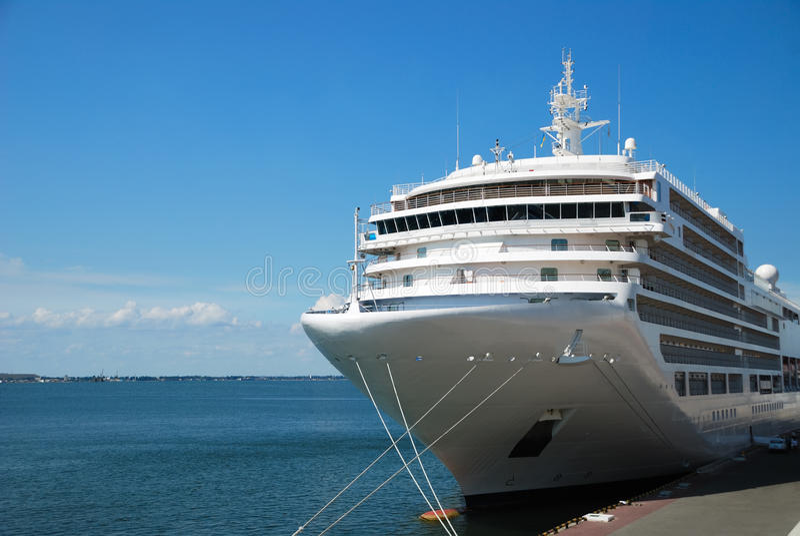 O navio de passageiro é amarrado na porta imagem de stock