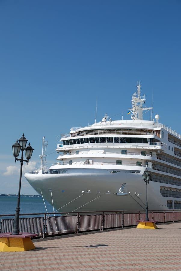 O navio de passageiro é amarrado na porta imagens de stock
