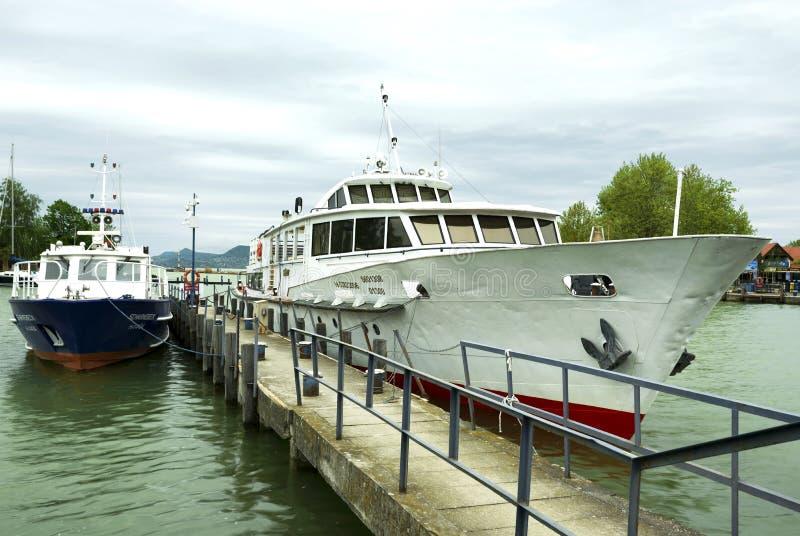 O navio de passageiro de Heviz e uma polícia enviam no porto de Fonyod no lago Balaton, Hungria foto de stock royalty free