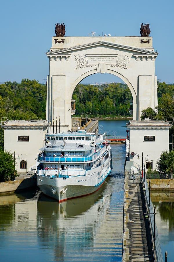 O navio de passageiro passa a primeira entrada do canal de transporte de Volga-Don volgograd Rússia fotografia de stock