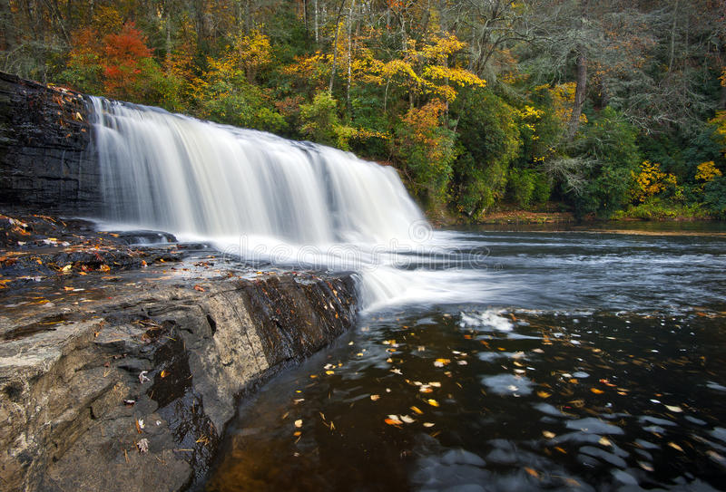O navio de pesca a linha cai parque de estado de Du Pont das cachoeiras do outono imagem de stock