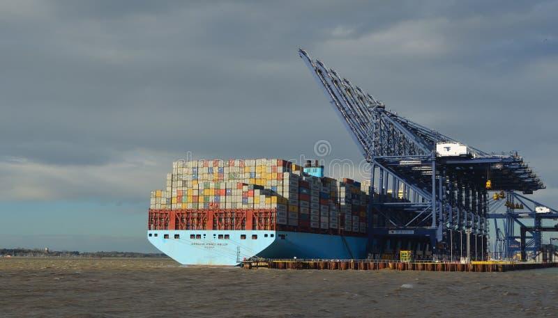 O navio de recipiente que está sendo descarregado em Felixstowe entra o Suffolk fotos de stock royalty free