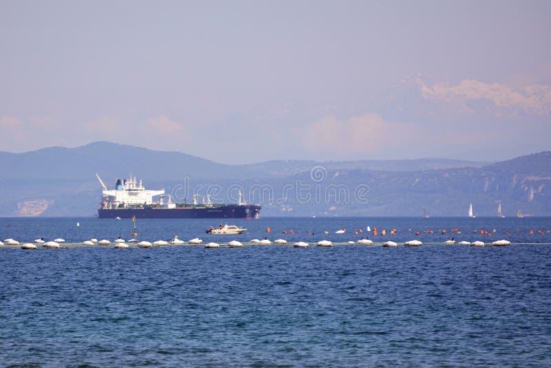 O navio de transporte e o mar de adriático fotografia de stock