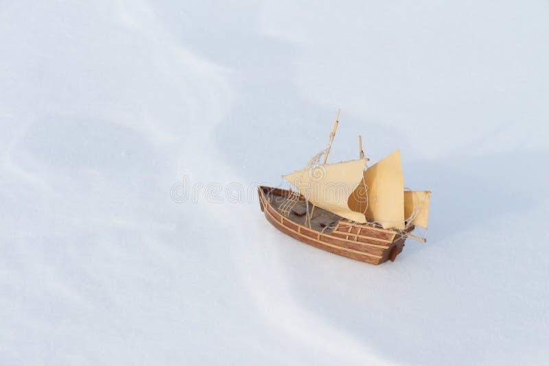 O navio do brinquedo na neve imagens de stock