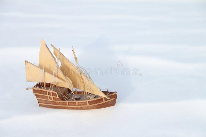 O navio do brinquedo na neve fotografia de stock