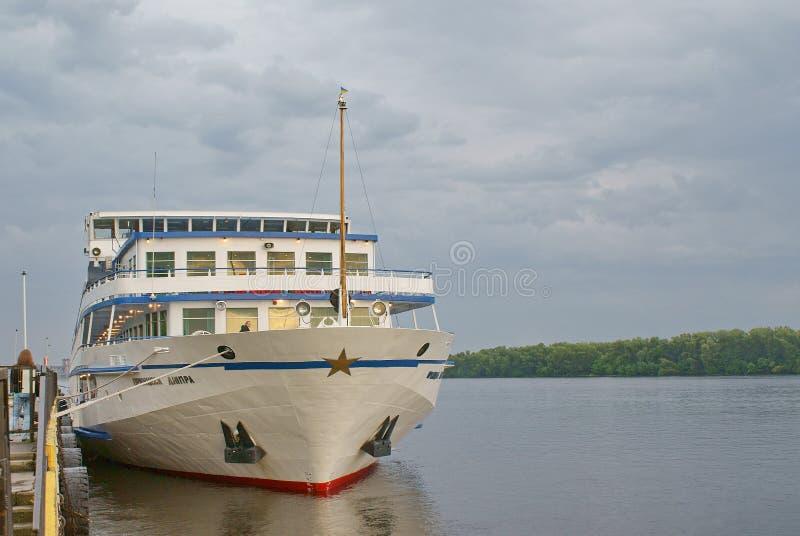 O navio do motor do turista amarrou ao cais do rio fotografia de stock royalty free