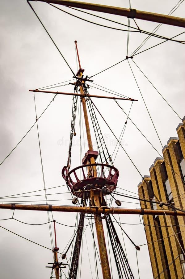 O navio dourado do hinde em Londres e em seu mastro superior fotografia de stock