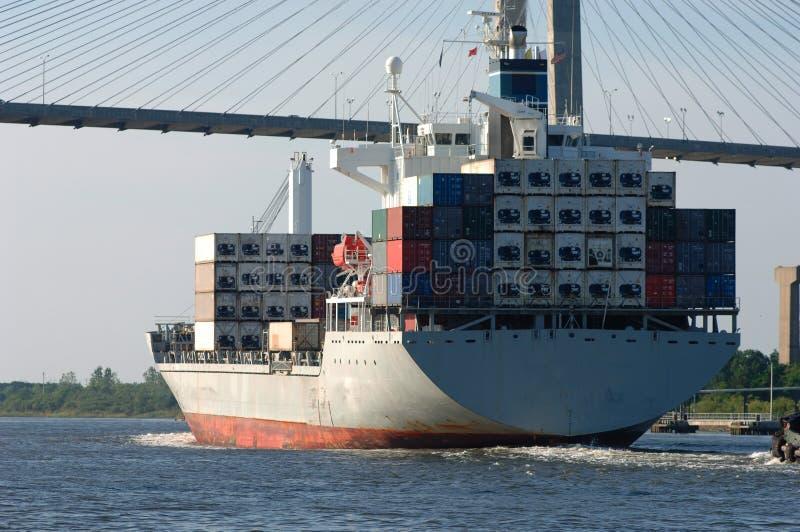 O navio entra na porta imagens de stock