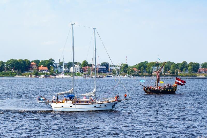 O navio flutua o Daugava do rio fotos de stock