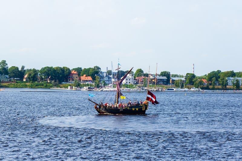 O navio flutua o Daugava do rio imagens de stock