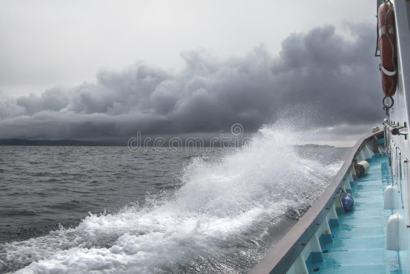 O navio navega através das ondas e do vento fotos de stock royalty free