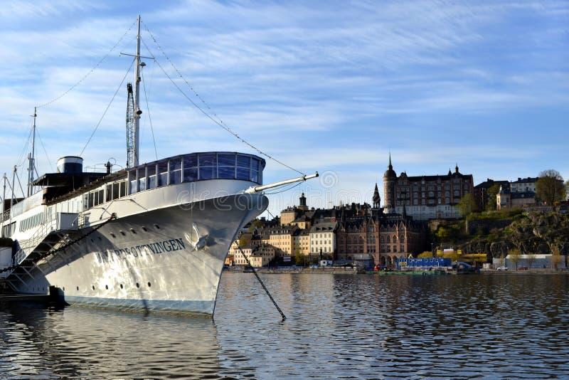 O navio no lago Malaren no centro de Éstocolmo imagens de stock royalty free