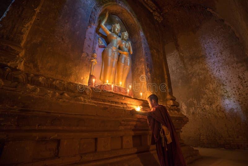 O neófito asiático do sudeste está em um templo budista foto de stock