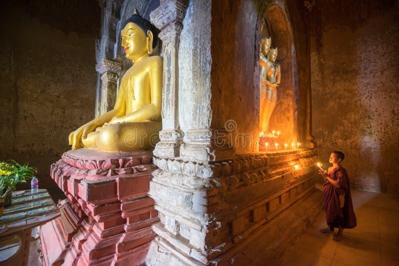 O neófito asiático do sudeste está em um templo budista imagem de stock royalty free