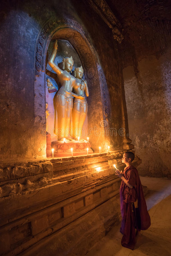 O neófito asiático do sudeste está em um templo budista fotografia de stock royalty free