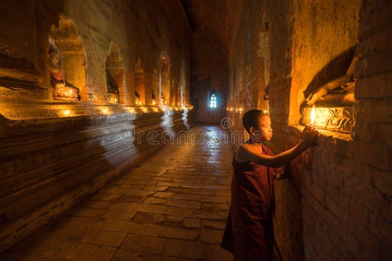 O neófito asiático do sudeste está em um templo budista imagens de stock royalty free