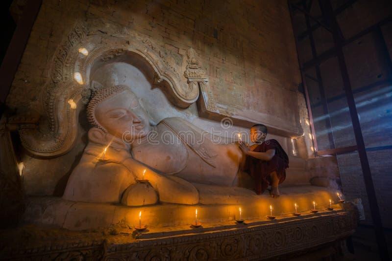 O neófito asiático do sudeste está em um templo budista fotos de stock royalty free