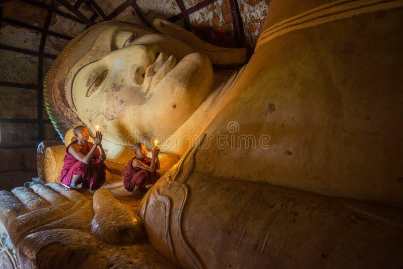O neófito não identificado do budismo reza no templo de Shinbinthalyaung imagem de stock royalty free