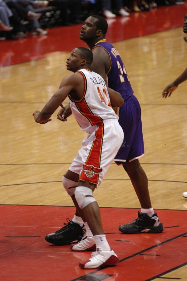 O ` Neal e Theo Ratliff de Shaquille O, Atlanta hawks contra Los Angeles Lakers fotos de stock royalty free