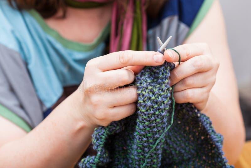 O Needlewoman faz malha o pulôver das lãs foto de stock royalty free