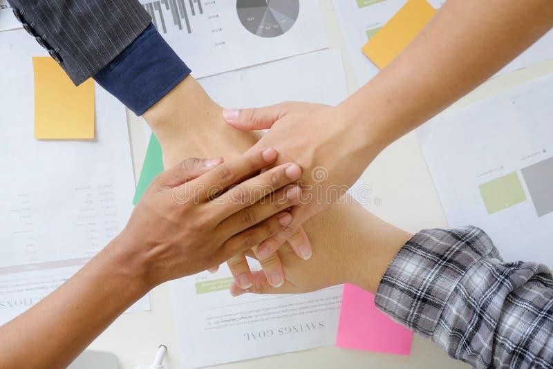 o negócio coopera as mãos junta-se na mesa de escritório fotos de stock