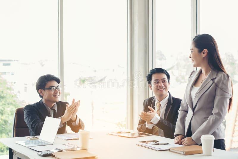 O negócio das felicitações, reuniões de negócios do grupo começa o trabalho sobre fotos de stock royalty free