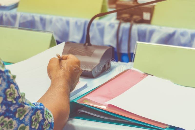 O negócio e os papéis das mãos no presente da tabela um seminário da reunião com espaço da cópia adicionam o texto cor de tom ret fotografia de stock royalty free