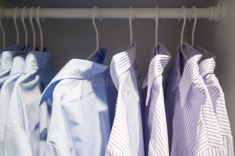 O negócio listrado e alisa camisas foto de stock royalty free