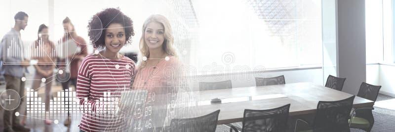 O negócio overlay a relação com mulheres e portátil com transição imagens de stock royalty free