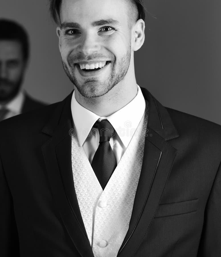 O negócio veste o conceito Roupa formal do desgaste de homens O homem de negócios novo e considerável com cara feliz olha afiado fotos de stock