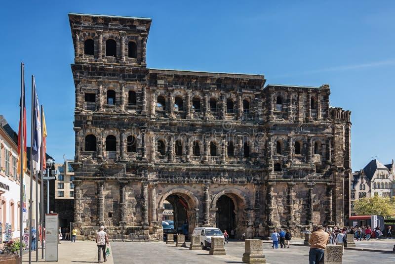 O negro de Porta é uma grande porta romana da cidade no Trier, Alemanha imagem de stock
