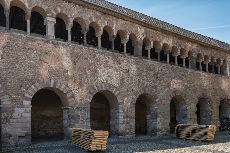 O negro de Porta é uma grande porta romana da cidade no Trier, Alemanha imagens de stock royalty free
