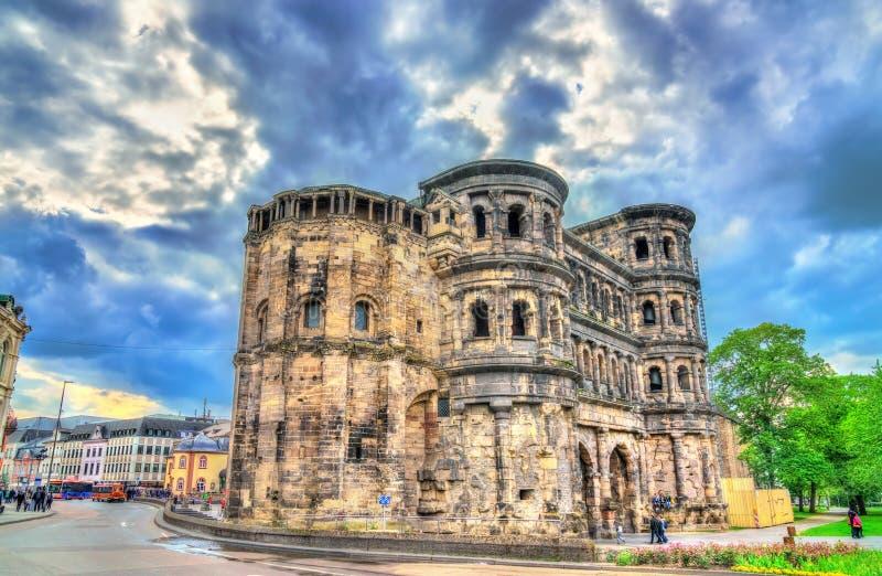 O negro de Porta, uma grande porta romana da cidade no Trier, Alemanha fotos de stock royalty free