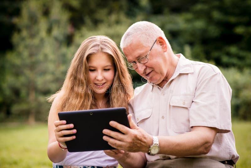 O neto mostra a tabuleta de primeira geração fotografia de stock