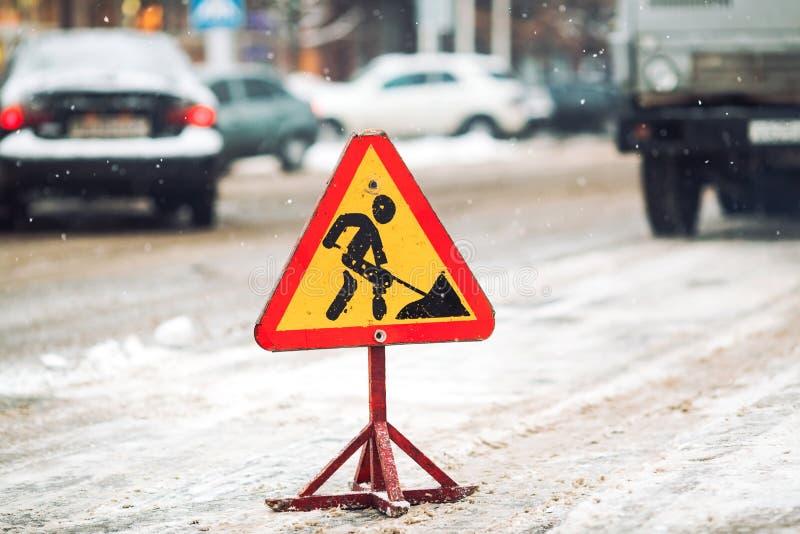 o Neve-arado remove a neve da rua da cidade Sinal de estrada de advert?ncia Trabalho do ventilador de neve do ve?culo do servi?o  foto de stock royalty free