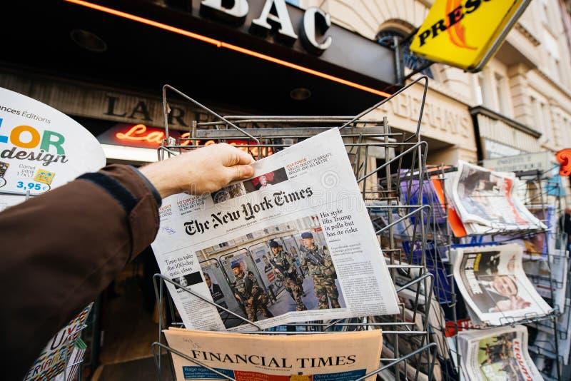 O New York Times com os soldados em França na tampa fotos de stock