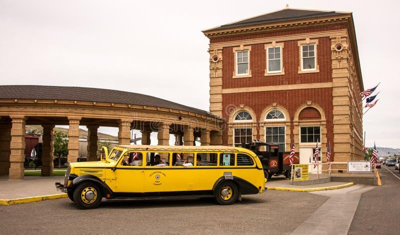 O ônibus amarelo velho imagens de stock
