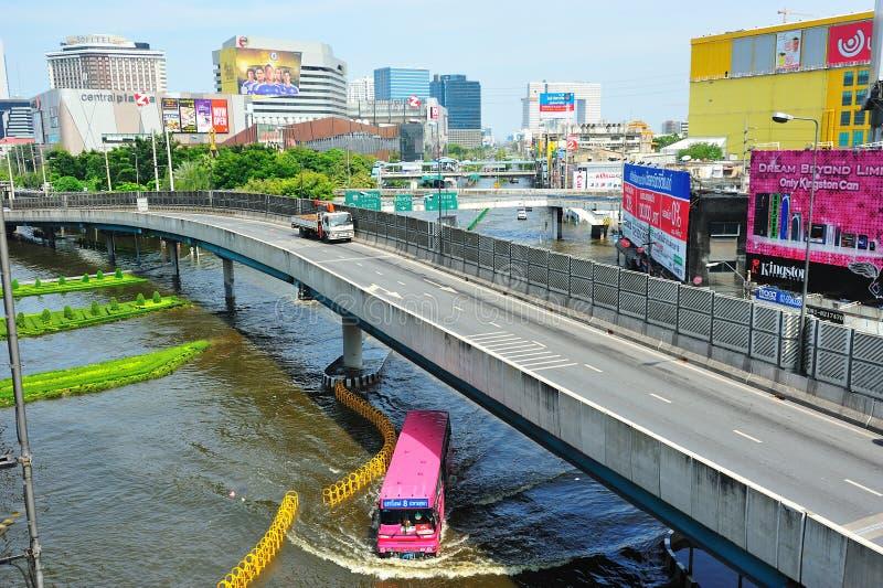 O ônibus conduziu na inundação imagem de stock royalty free