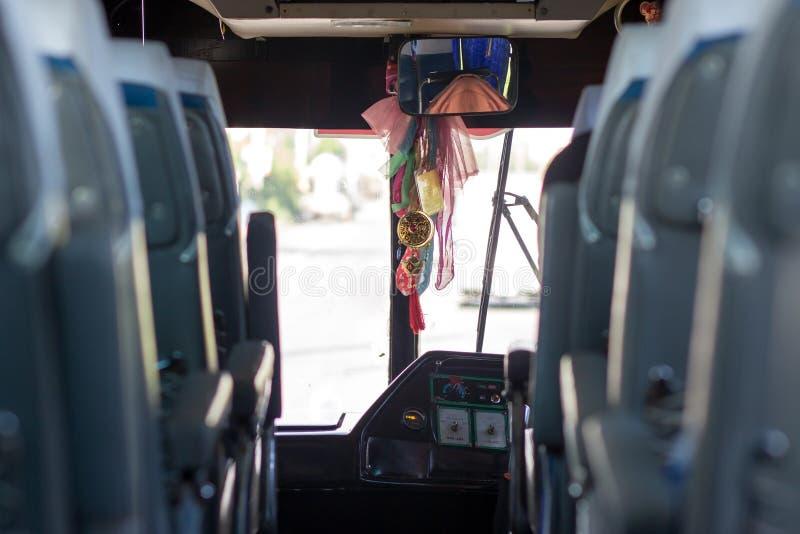 O ônibus no passeio na estrada fotos de stock royalty free