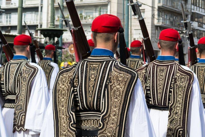 ?o?nierze gwardii prezydenckich evzones - tsoliades maszeruje w Ateny, Grecja obraz stock