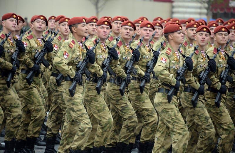 ?o?nierze oddzielny podzia? wymieniaj?cy po tym jak Dzerzhinsky gwardia narodowa gromadzi si? przy parad? na placu czerwonym na c zdjęcia stock