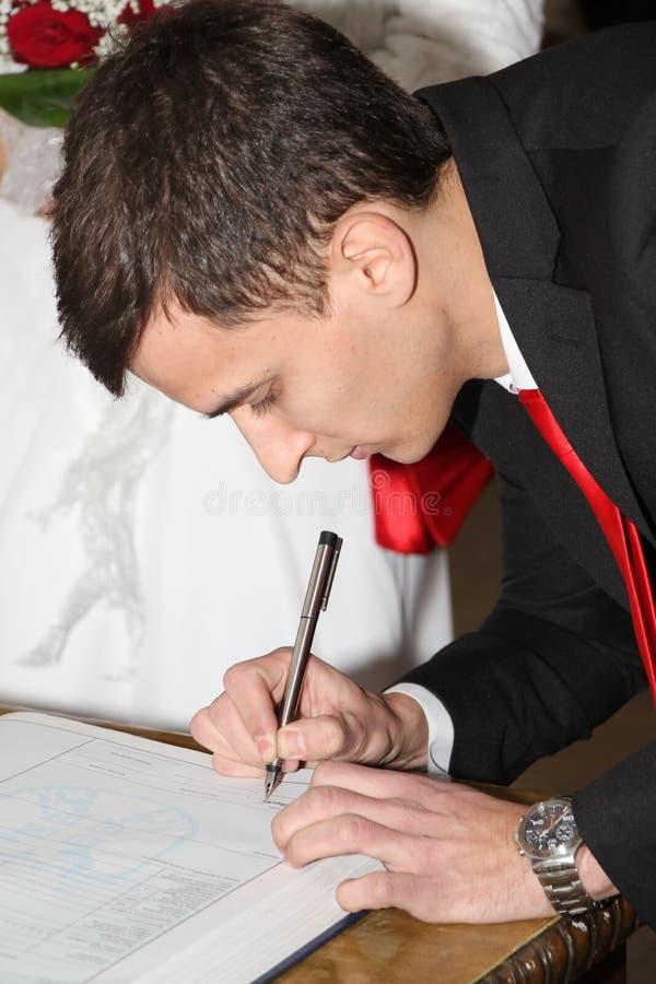 O noivo é assinado foto de stock